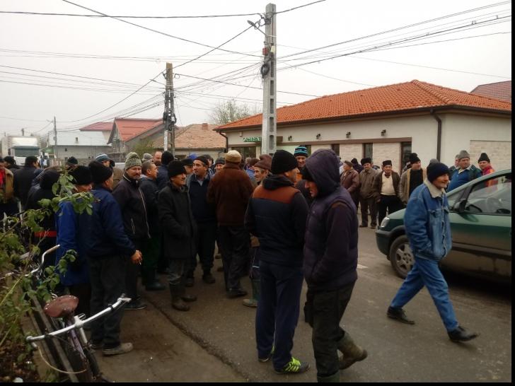 Revoltă la Rusăneşti. Oamenii au lut cu asalt primăria. Mai multe forțe de ordine, trimise în zonă