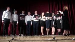 Panică la Rădăuți: s-a prăbușit pe scenă, în timp ce cânta. Ce au făcut colegii a șocat!