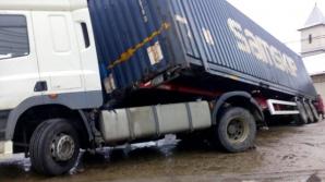 Accident grav în Vrancea: Tir derapat pe podul de la Dumbrăveni