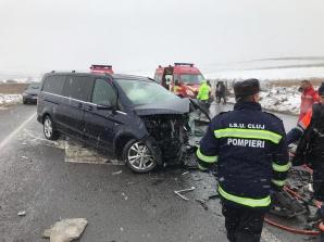 Impact devastator între o mașină și un microbuz, la Cluj: un mort, 4 răniți / Foto: realitateadecluj.net
