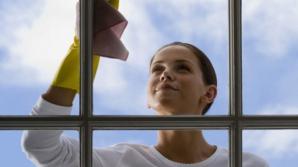 Câteva secrete pentru a spăla corect şi rapid geamurile