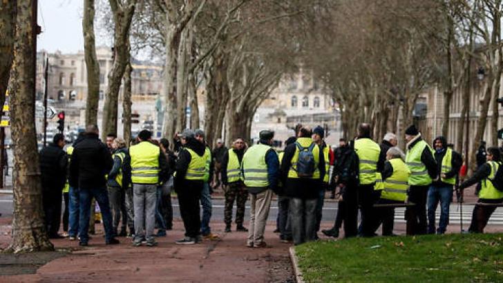 FRANȚA. Un nou protest al vestelor galbene, cu mobilizare redusă: un om a murit