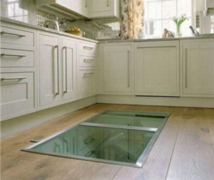 A montat un geam în podeaua bucătăriei, ca să ajungă uşor la ce ascundea acolo