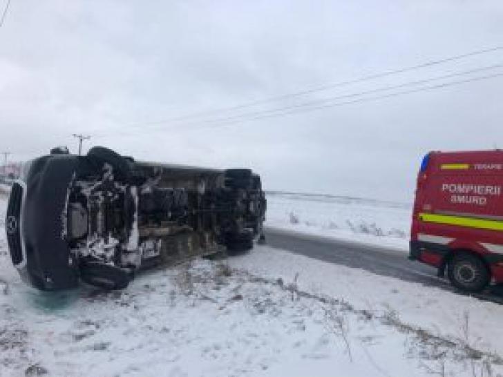 Accident grav în Suceava: Un microbuz cu 18 persoane s-a răsturnat