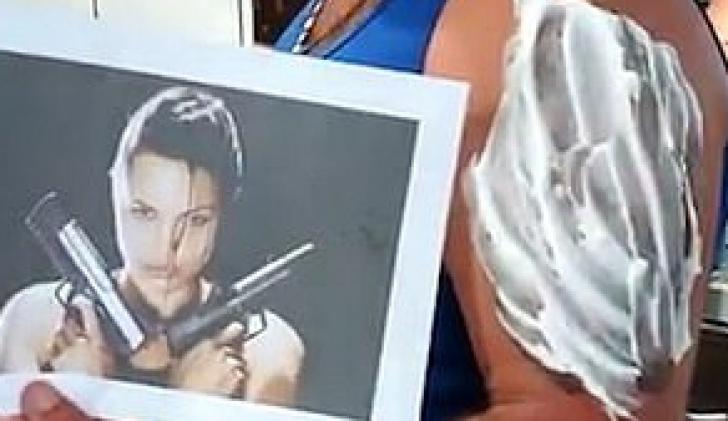 A vrut să şi-o tatueze pe Angelina Jolie, dar, când a văzut ce a ieşit, bărbatul a plâns!