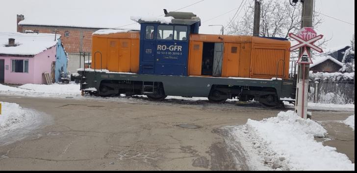 Circulație blocată de o locomotivă, care a deraiat în mijlocul unei intersecții din Arad