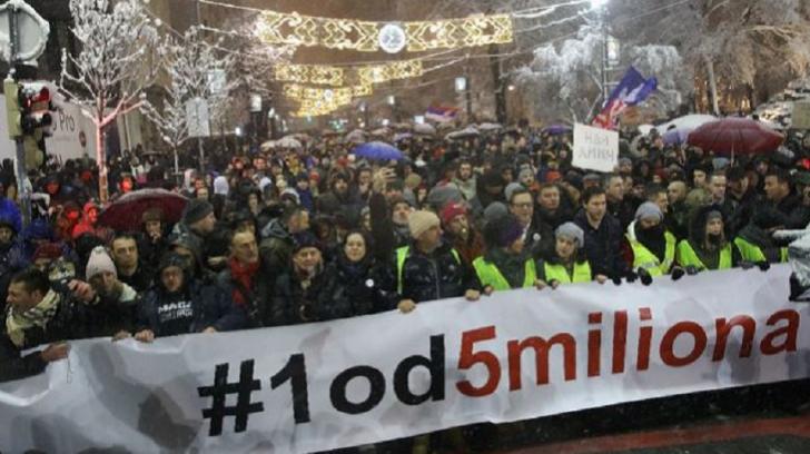 Mii de oameni au ieșit în stradă, la Belgrad, împotriva președintelui Vucic