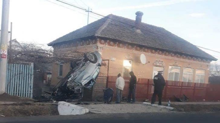 O adolescentă din Dolj s-a îmbătat bine și s-a răsturnat cu mașina într-o poartă