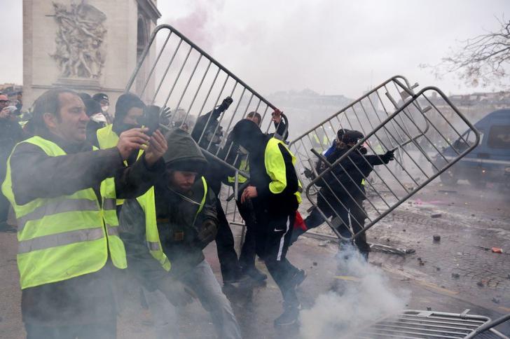 Proteste violente la Paris