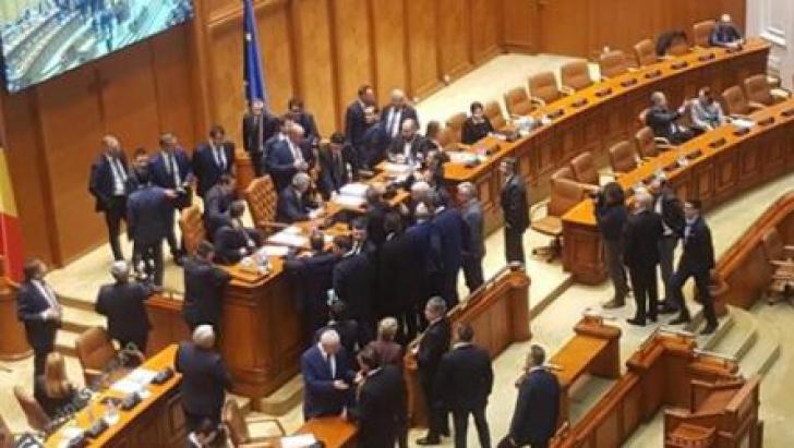 """Scene halucinante în Parlament. Florin Iordache, baricadat la tribună. """"Sunați la 112!"""""""