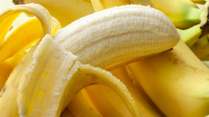 Ce sunt, de fapt, firele albe care se desprind de pe banane când le decojim