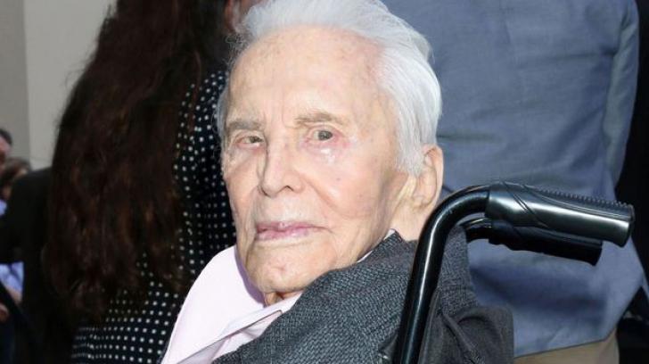Kirk Douglas a împlinit 102 ani, devenind cel mai longeviv actor