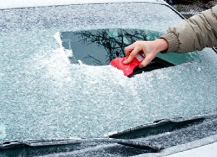 Cum să dezgheţi rapid şi eficient parbrizul de la maşină. Cel mai simplu truc