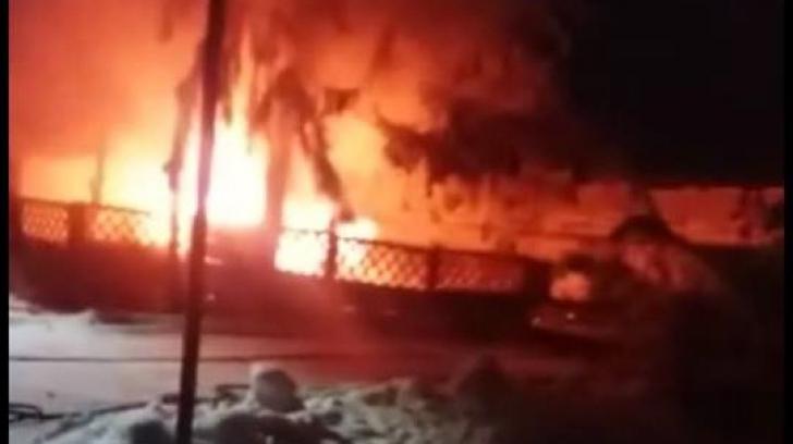 Argeş: O ambulanţă a explodat. Autospeciala a fost distrusă complet