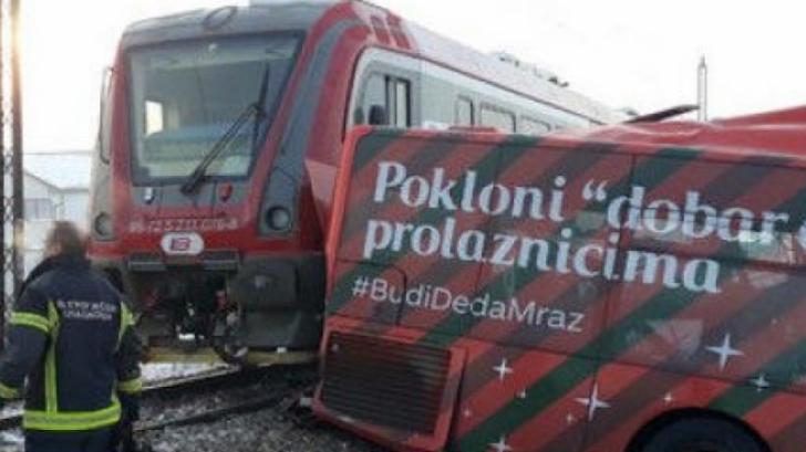 Tragedie. Cinci morţi şi aproape 30 de răniţi după coliziunea dintre un tren şi un autobuz