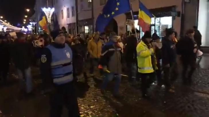 """Aproximativ 2.000 de sibieni, în stradă: """"Hai, români, hai cu toţi, să scăpăm ţara de hoţi!"""""""