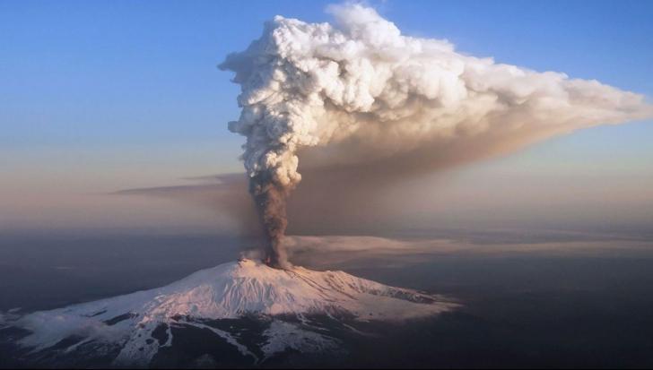 A erupt vulcanul Etna, după o serie de seisme. Traficul aerian perturbat