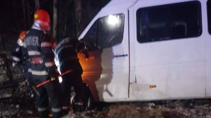 Un microbuz cu pasageri a izbit un copac, pe A1. Şase persoane au fost rănite