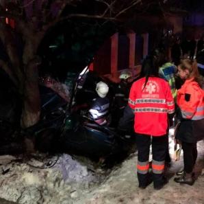 Accident înfiorător, la Odobeşti: maşină tăiată în două, după ce a intrat într-un pom