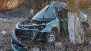 Accident grav în Constanţa: Au intrat cu mașina în pom. O persoană decedată și una în comă