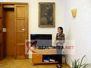 Ecaterina Andronescu a acceptat sa le arate cititorilor realitatea.net un splendid tablou original de Octav Bancila, aflat in biroul sau de la Ministerul Educatiei. Foto: Cristian Otopeanu