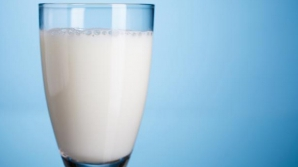 Cutii de lapte cu urme de larve, distribuite elevilor, la o școală din Bistrița-Năsăud