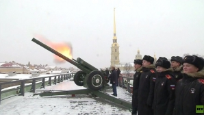 Vladimir Putin trage cu tunul