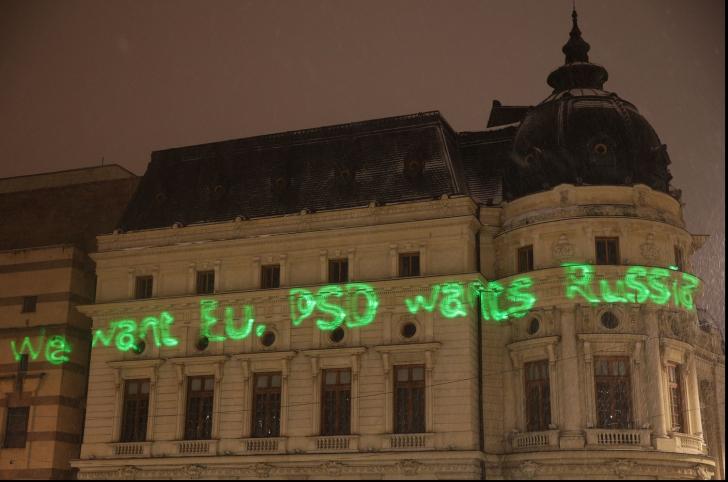 Mesaj anti-PSD pe clădirea Bibliotecii Universitare