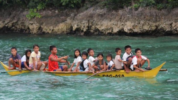 Elevii înoată prin mangrove ca să ajungă la școală. IMAGINI care îți sfâșâie inima