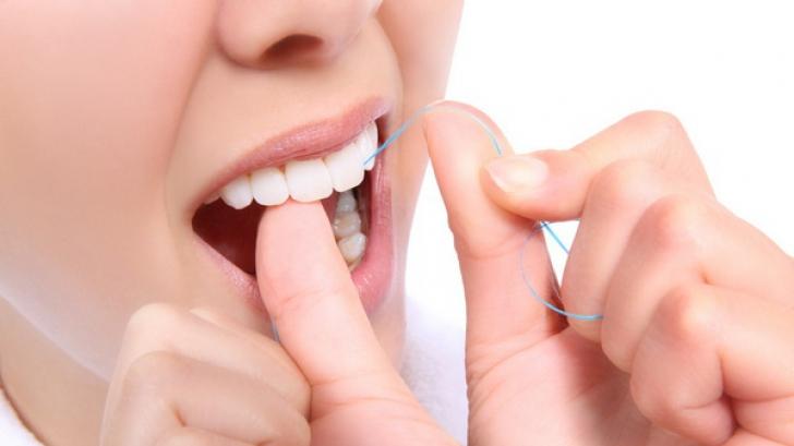 Când trebuie să folosim aţa dentară. Înainte sau după periaj?