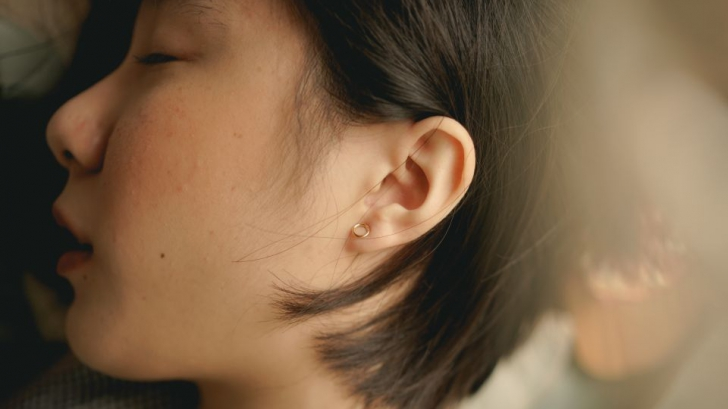 O femeie nu mai poate auzi vocile bărbaţilor din cauza unei afecţiuni bizare
