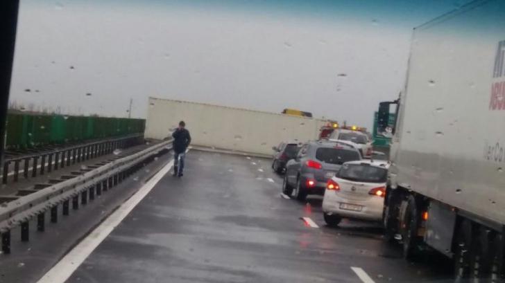 Trafic blocat! Un container a căzut din TIR pe DN 7 Pitești – Râmnicu Vâlcea