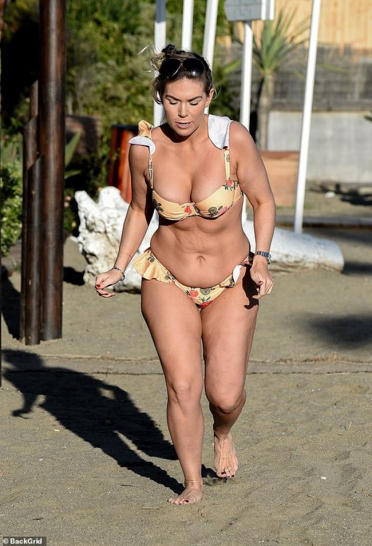 """S-a pozat în bikini, pe o plajă din Tenerife, dar corpul ei arată """"horror"""""""
