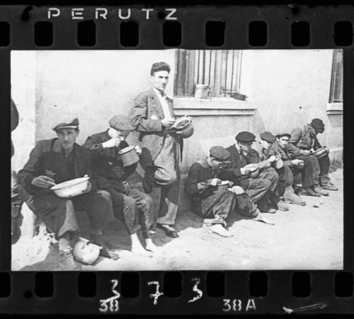 <p>Un fotograf evreu a îngropat aceste poze înainte să vină naziştii. Sunt cutremurătoare!</p>