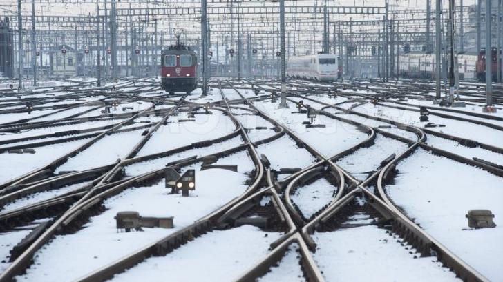 Trenuri blocate şi întârziate: Circulaţia feroviară, afectată de vremea rea