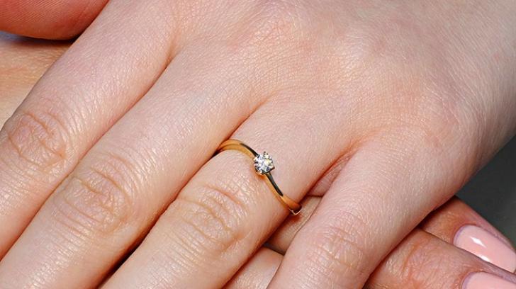 Pe ce deget se poarta inelul de logodna?