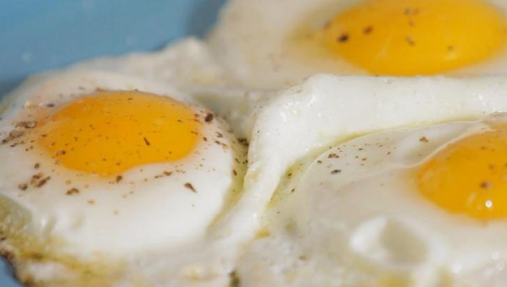 Greşeala pe care toată lumea o face când prăjeşte ouă. Te poţi îmbolnăvi grav