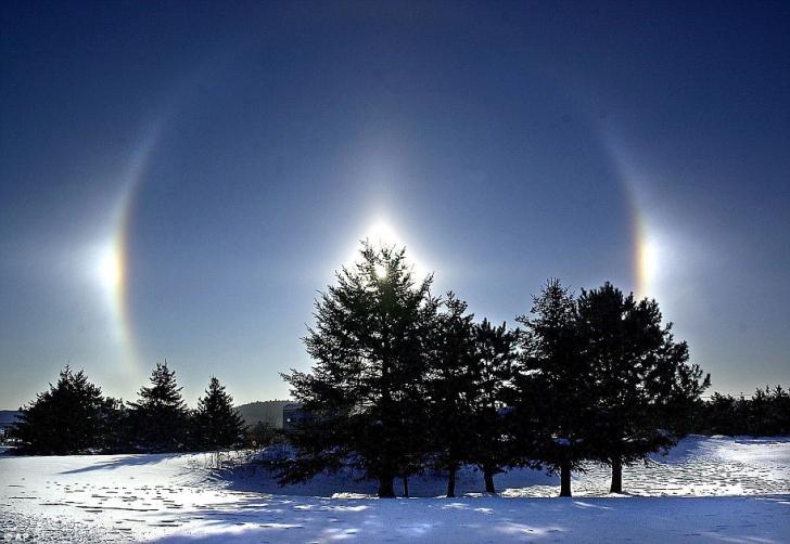 """Gerul din SUA aduce soarele """"multiplicat"""". Imagini cu fenomenul """"sun dog"""""""