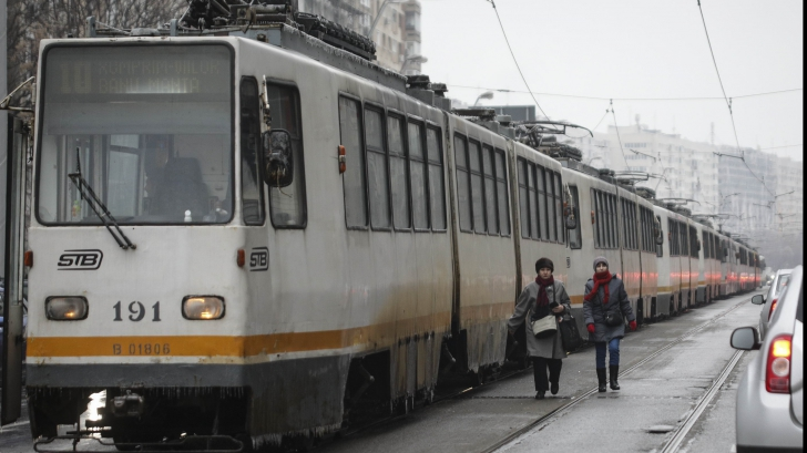 Doi oameni au ajuns cu picioarele AMPUTATE din cauza poleiului, după ce au căzut sub tramvai