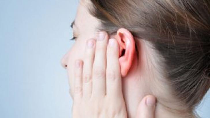 Îți crește păr în urechi? Este printre primele simptome ale unei boli grave