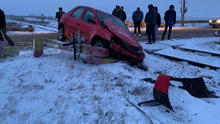 Accident grav: O maşină a fost spulberată de tren