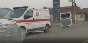 Incident șocant, la Turda. O ambulanță și-a pierdut ușa în mers