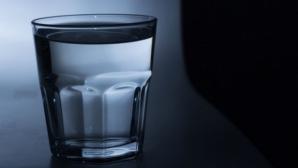 De ce să nu bei apa lăsată în pahar peste noapte