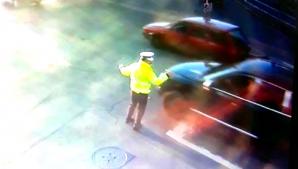 Polițist lovit în plin în timp ce dirija intersecția. Momentul suprins de camere