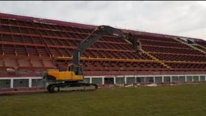 Buldozerele au intrat în Giuleşti. Stadionul Rapid este demolat. Foto: prosport.ro