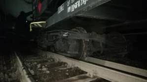 Vagonul unui tren încărcat cu substanţe periculoase, deraiat în Caraş-Severin
