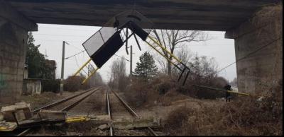 La un pas de tragedie! Balustrada unui pod căzută peste calea ferată!