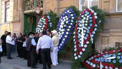 Coroanele de flori, interzise la înmormântări. Ce spun preoţii