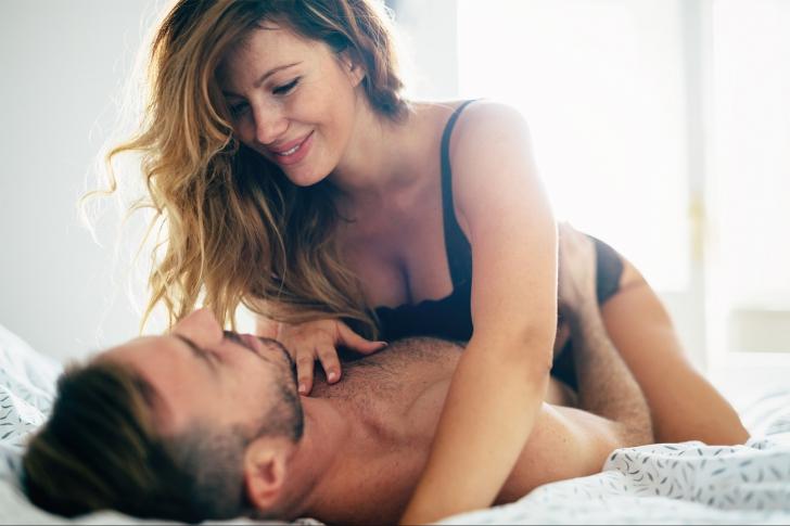 Ce fac femeile pe ascuns în timpul partidelor de sex. Foarte puţini bărbaţi observă asta!