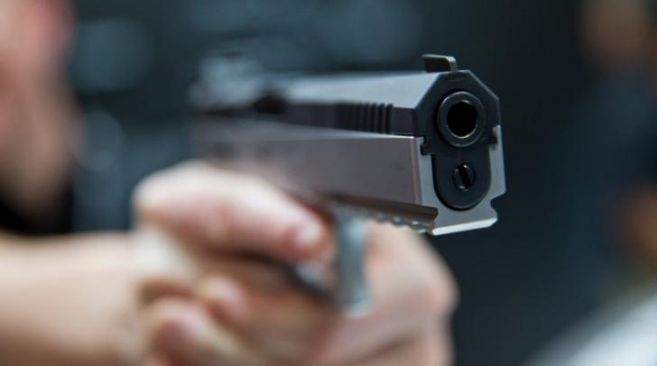 Un bărbat, la spital după ce a fost împuşcat de poliţişti pentru că nu a oprit la semnale